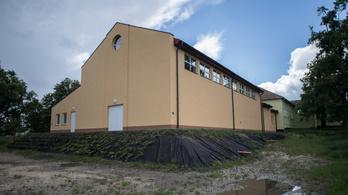 Fél éve átadták a baracskai tornatermet, mégsem használhatják a gyerekek