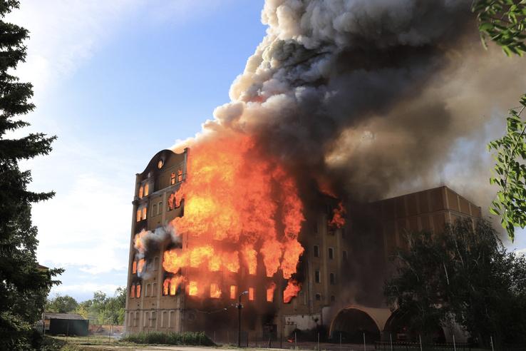 A több mint százéves, több éve üresen álló ipari műemlékhez ötös, kiemelt fokozatban riasztották a tűzoltókat, a békéscsabai, a gyulai, a mezőberényi, a mezőkovácsházi, a szarvasi, a szeghalmi és az orosházi hivatásos tűzoltók is kivonultak. Teljes cikk olvasása