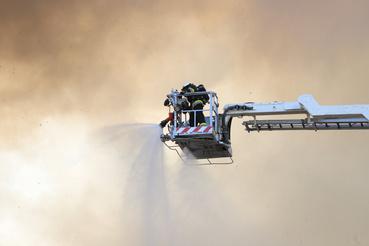 Több mint hatvanan dolgoznak a tűz körülhatárolásán.