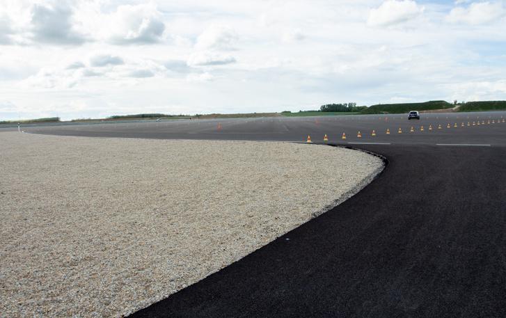 A földön állva nem lehet átadni, milyen sok háromszáz méter egybefüggő aszfalt