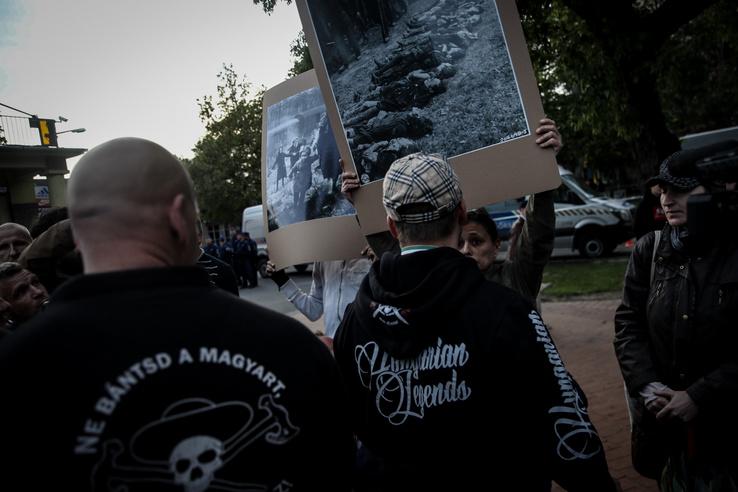 Néhány ellentüntető bevonult a térre, ahol Toroczkaiék demonstrációja zajlott