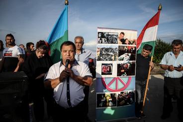 Jöttek romák más városokból is, ők tartottak egy kisebb megemlékezést a romagyilkosságok áldozatairól a város szélén