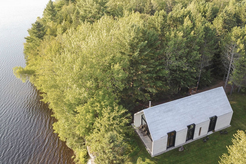 A kanadai Lac Plaisant-tó partjára, festői környezetbe épült a faház.