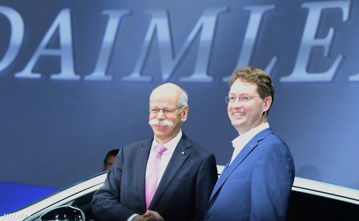 Dieter Zetsche (balra) és kijelölt utódja, Ola Källenius a vállalat részvényeseinek éves közgyűlésén Berlinben 2019. május 22-én.
