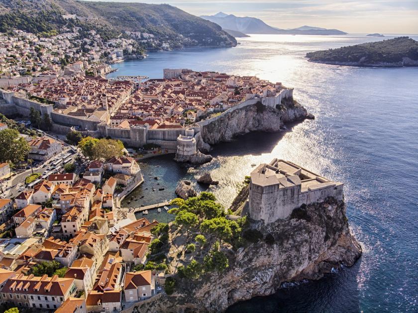 A második évadtól Királyvár helyszínéül Dubrovnik szolgált. A fallal határolt, tenger övezte horvát városban még jobban fellendült a turizmus, tematikus túrákat is indítottak a rajongóknak. Mára jelentős korlátozások vannak, hatezer fős létszámstopot hirdettek, és a belépők árát is megemelték.
