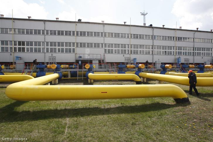 Ukrán munkavállaló a fő földgázvezeték létesítményei közelében sétál Boyarka faluban.