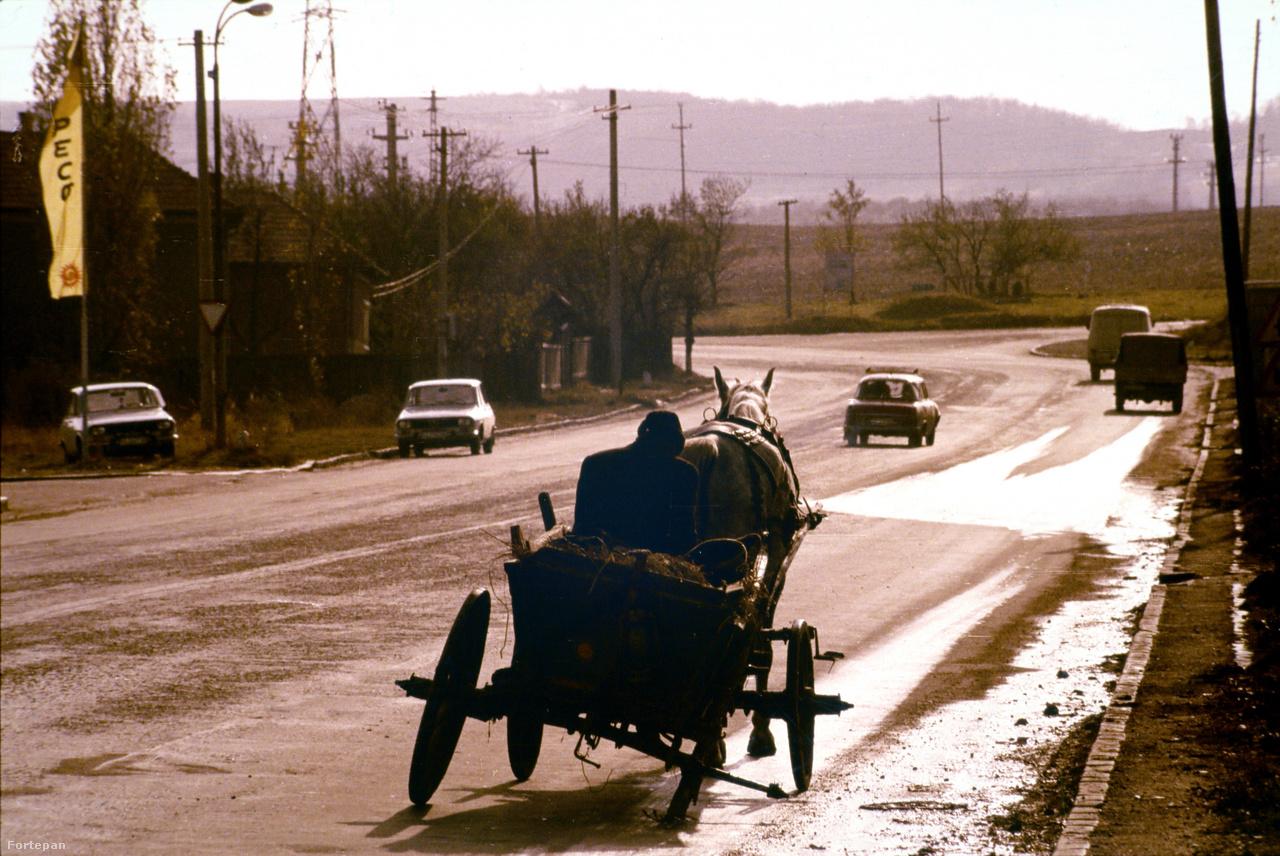 """Háromkerekű kordé a Kolozsvár és Torda közötti üres főúton""""Van teje?– kérdezte a sofőr. Az még van hál'istennek– felelte Sz. Mária, s magához szorította a gyereket, mert a busz éppen balra kanyarodott."""""""