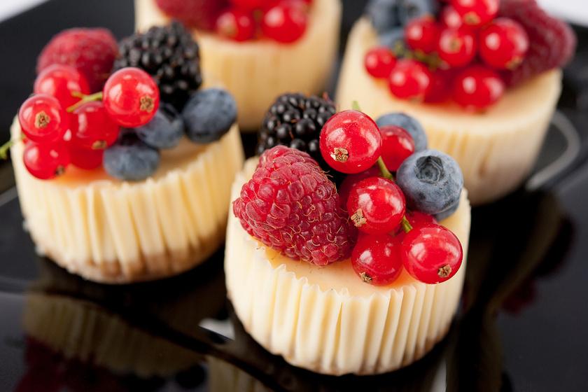 Mennyei, mini sajttorta bogyós gyümölcsökkel: sütés nélküli, álomfinom desszert