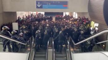 Több száz, kitoloncolásra ítélt bevándorló tüntetett a párizsi repülőtéren