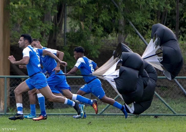 A nicaraguai labdarúgó-válogatott tagjai edzenek az Argentína elleni barátságos labdarúgó-mérkőzésre készülve Managuában 2019. május 21-én.