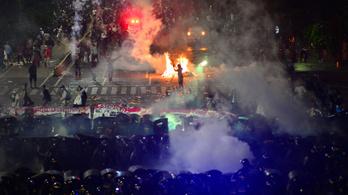 Hat halottja és több száz sérültje van a jakartai tüntetéseknek