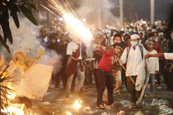 Az ellenzék választási csalással vádolja a kormányzatot, sajtóhírek szerint az összecsapásokban legkevesebb hat ember életét vesztette, kétszázan megsebesültek.