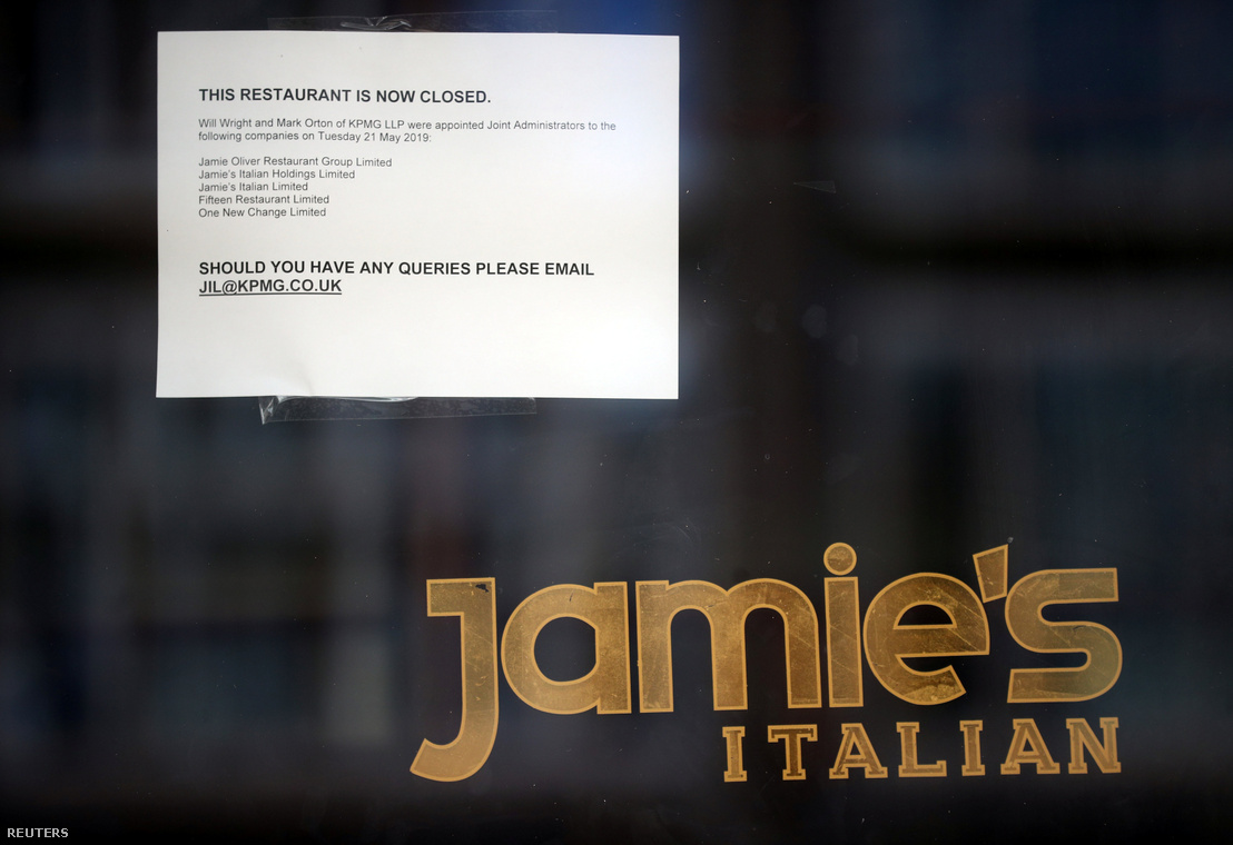 Bezárásról tájékoztató papír a londoni Jamie's Italian ajtaján 2019. május 21-én