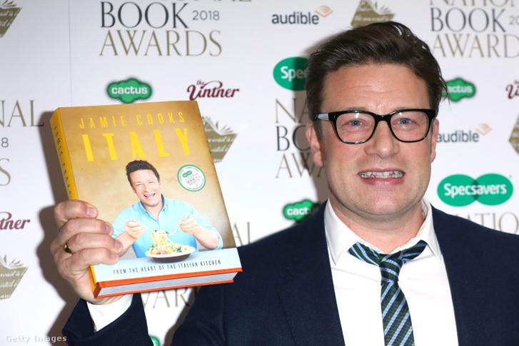 Jamie Oliver a 'Jamie Cooks Italy' című könyvével a kezében, a RIBA díjátadón Londonban 2018. november 20-án