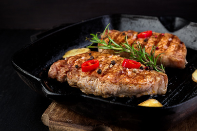 Omlós, szaftos sertés-steak, ami a páctól lesz igazán zamatos