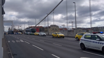 Baleset miatt hatalmas a dugó az Erzsébet hídnál