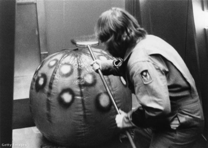 Dan O'Bannon seprűvel harcol egy strandlabdával a Sötét csillag című filmben 1974-ben