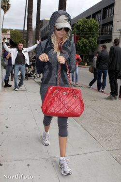 Ashley Tisdale edzeni megy - Chanel táskával