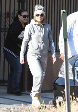 Jennifer Lopez a konditerem kijáratánál
