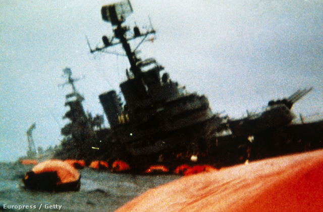 A Belgrano és túlélői - A háború legdrámaibb eseménye két hajó, az argentin Belgrano és a brit Sheffield elsüllyesztése volt. A Belgranót május 2-án lőtték ki. A Belgrano nem volt túl nagy harcértékű hajó, az amerikai haditengerészet azon kevés hajóinak egyike volt, amelyik túlélte a japánok Pearl Harbour elleni támadását. Az első atom-tengeralattjáró által elsüllyesztett hajójaként vonult be a történelembe.