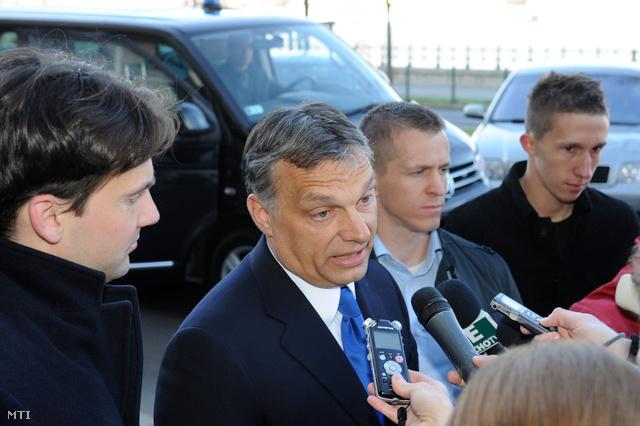 Orbán a Képviselői Irodaház előtt