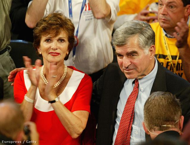 Michael Dukakis egykori elnökjelölt (j) és felesége, Kitty az amerikai Demokrata Párt országos elnökjelölő kongresszusán Bostonban, 2004. július 28-án.