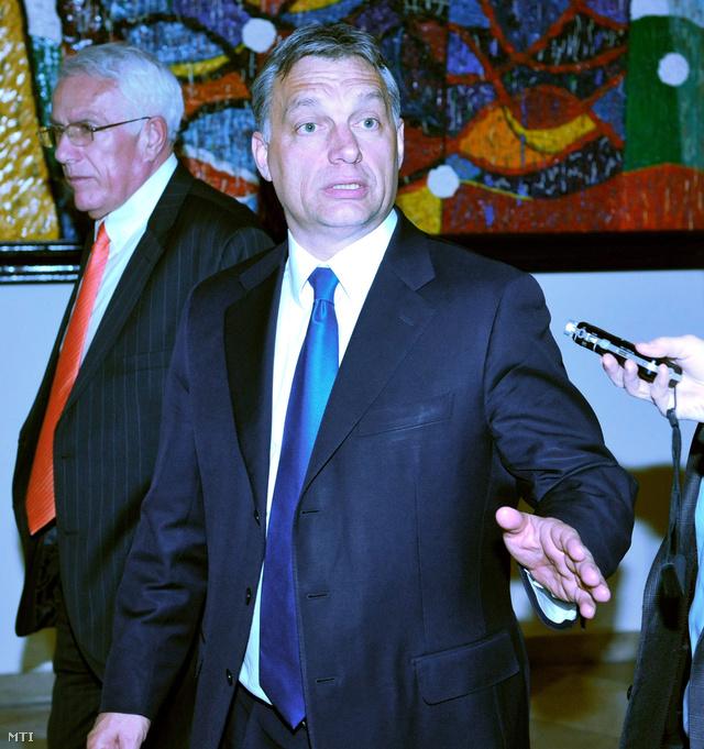 Orbán Viktor miniszterelnök (j) távozik a Fidesz-KDNP frakcióülése után.
