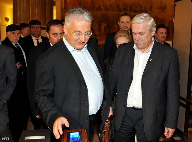 Semjén Zsolt Kontúr Pál Caption:Budapest 2012. április 2.Semjén Zsolt nemzetpolitikáért felelős miniszterelnök-helyettes a Kereszténydemokrata Néppárt (KDNP) elnöke a párt parlamenti frakcióvezető-helyettese (b4) és Kontúr Pál (Fidesz j) valamint a Fidesz és a KDNP tagjai távoznak a Fidesz-KDNP frakcióülése után.