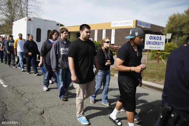 A környékbeli School of Urban Missions szervezet diákjai az Oikos Egyetem körül tett sétával emlékeztek a lövöldözés áldozataira