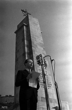 Ortutay Gyula, a Független Kisgazda-, Földmunkás és Polgári Párt Politikai Bizottságának tagja mond beszédet a Szabadság téren, a Szovjet Hadsereg elesett harcosainak síremléke előtt, az ország fasiszta uralom alóli felszabadulása első évfordulójának napján, 1946. április 4-én.