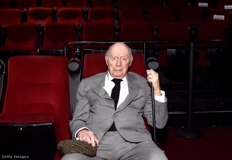 És van egy mostani fotónk a Holt költők társasága szigorú gimnáziumának még szigorúbb igazgatóját alakító színészről is