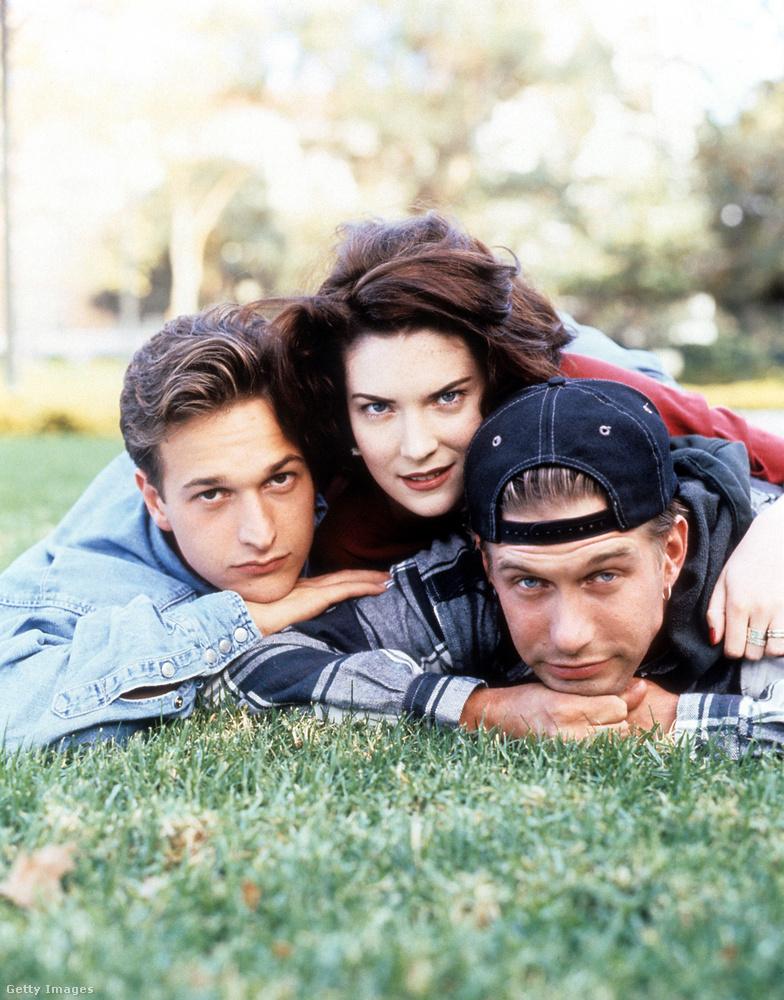 Szerpelt viszont Lara Flynn Boyle az 1994-es Édeshármas című vígjátékban Stephen Baldwinnal és Josh Charleszal