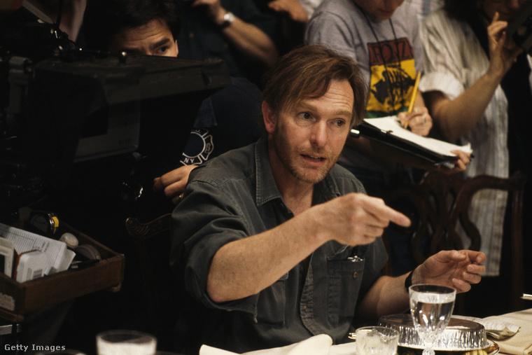 Ezen a képen Peter Weir rendező mutat éppen rá valamire, igaz, ez a kép már következő filmje, az 1990-es Zöld kártya készítése alatt készült róla