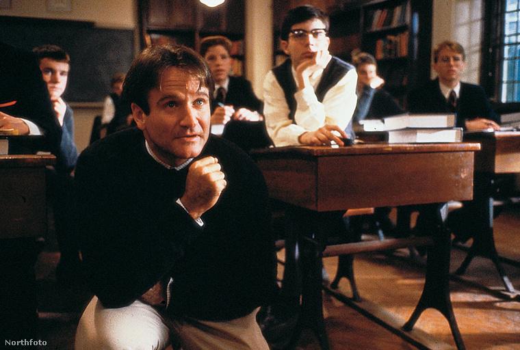 Amit valószínűleg az is tud a Holt költők társaságáról, aki sohasem látta: ezt a bizonyos menő tanárt Robin Williams alakítja