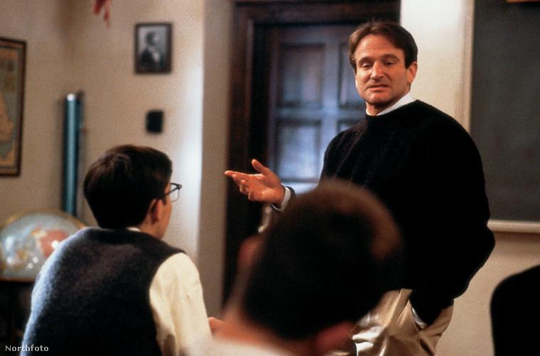 A Holt költők társasága 1989 ötödik legnépszerűbb filmje lett világviszonylatban a mozijegyeladások alapján, és szép lassan kultfilmmé is vált