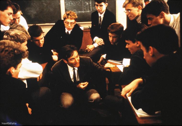 A Holt költők társasága az '50-es években egy fiúgimnáziumban játszódik, és a fő témája a kiállás az elveinkért, az igazságért, a szépségért, a művészetért és saját magunkért is