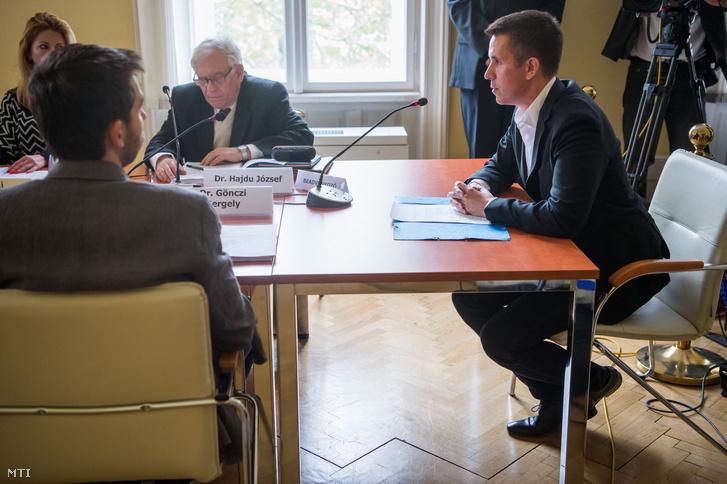 Czeglédy Csaba (Éljen Szombathely!-MSZP-DK-Együtt) szombathelyi önkormányzati képviselő, a Demokratikus Koalíció európai parlamenti (EP-) képviselőjelöltje (j) a Nemzeti Választási Bizottság (NVB) ülésén a Nemzeti Választási Iroda (NVI) Alkotmány utcai székházában 2019. május 7-én