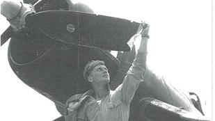 Bedöglöttek a fegyverek, a propellerrel darálta be az ellenséges repülőt