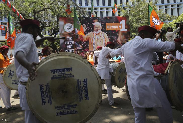 A Narendra Modi hivatalban lévő indiai miniszterelnök pártjának, a hindu nacionalista Indiai Néppártnak (Bháratíja Dzsanata Párt, BJP) a támogatói ünnepelnek az indiai parlamenti választások részeredményeinek ismertetése után a BJP lucknowi székháza 2019. május 23-án.