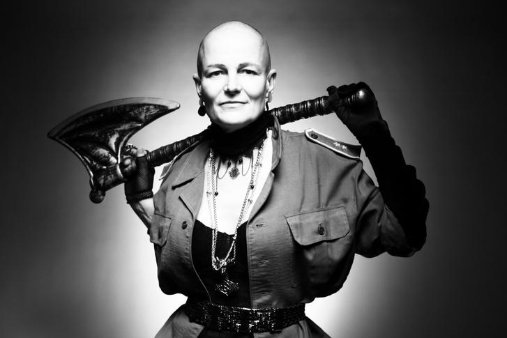 """""""Fuck you cancer!"""" – ez a mantrája Ritának, ez az üzenete a képnek is. Arra is utal, hogy rák az ellensége, ami ellen küzdenie kell."""