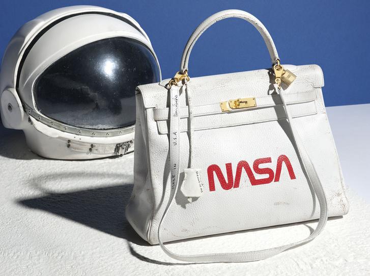 5d71cb1c0e A high fashion márkák termékein is látható a közismert piros NASA logó,  például a fehér