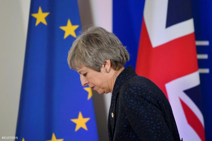 Theresa May hagyja el a brüsszeli sajtótájékoztatót beszéde után 2019. március 22-én