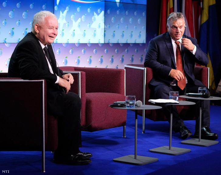 Orbán Viktor miniszterelnök (j) és Jaroslaw Kaczynski volt lengyel miniszterelnök a konzervatív Jog és Igazságosság párt (PiS) elnöke a 26. krynicai gazdasági fórum keretében rendezett panelbeszélgetésen 2016. szeptember 6-án.