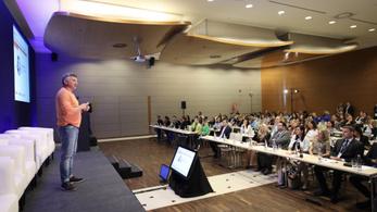 A menedzserből árufeltöltővé váló Czeczeli Tamás konferencián beszélt a magyar gondokról