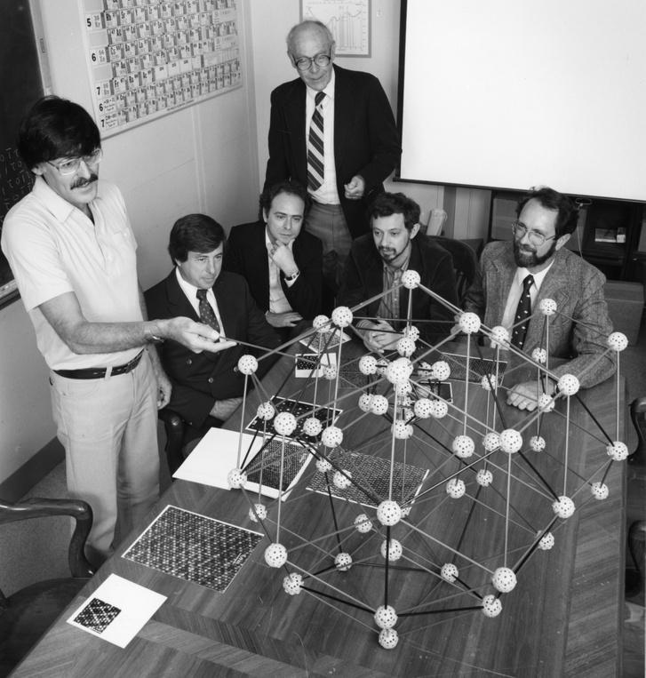 Dan Shechtman (balra) magyarázza az ikozaéderes kristályszerkezetet kollégáinak 1984-ben.