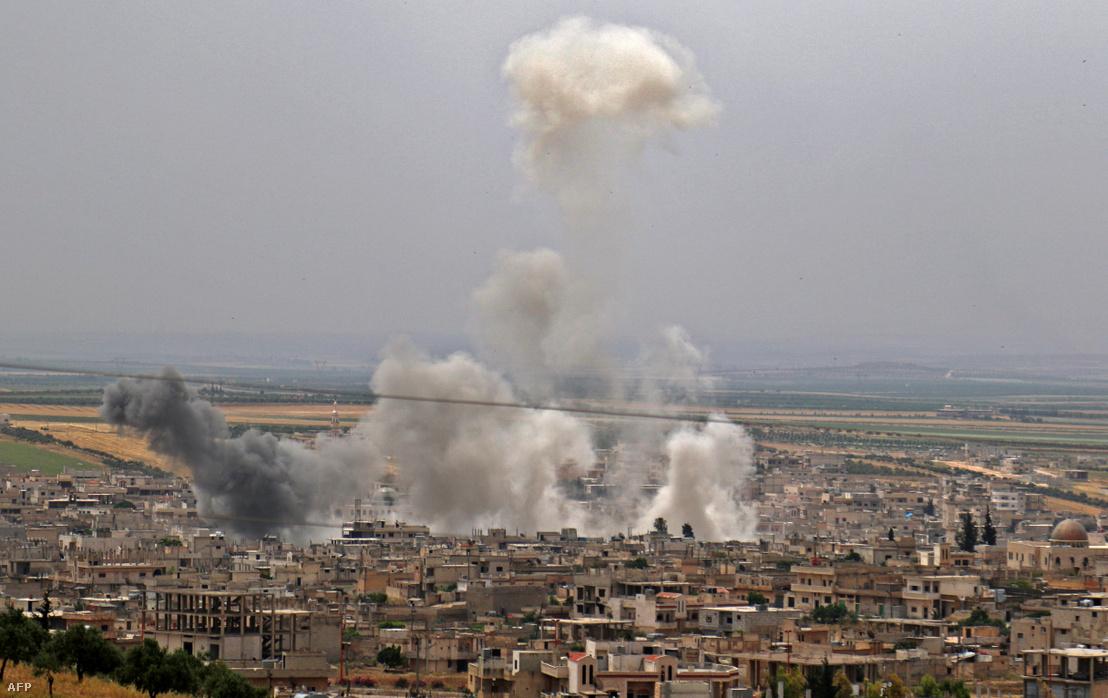 Szíriai kormányerők bombázzák a lázadók által ellenőrzött Khan Sheikhun városát, Idlib tartomány déli vidékén 2019. május 23-án