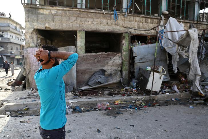 Emberek a Maarat al-Numan városának piacán 2019 május 22-én a légicsapás után, ahol legalább 12 ember meghalt és 18 ember megsebesült