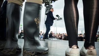 Facebook-fóbia, lakosságcsere, Orbán a szántóföldön