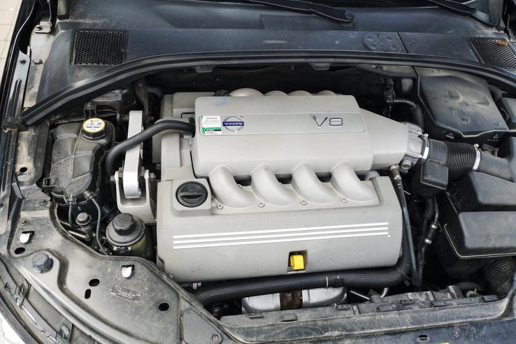 A szűk hengerszögű Yamaha által fejlesztett V8-as
