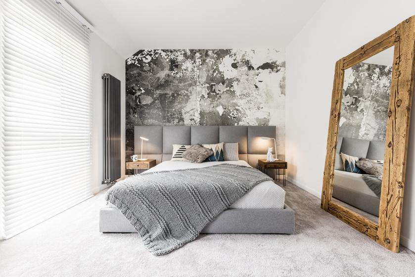 Az ember nem gondolná, hogy a penészes fal is lehet romantikus, pedig a megfelelő bútorokkal kombinálva érdekes adaléka lehet a szobának egy ilyen mintájú, egész falas falikép vagy tapéta.